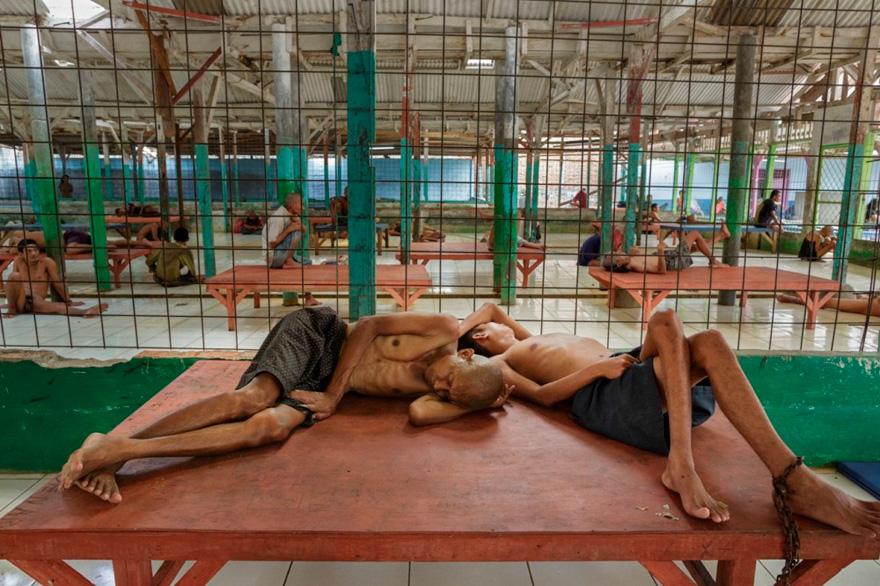 Des photos déchirantes de malades mentaux en Indonésie montrent leurs conditions de vie troublantes