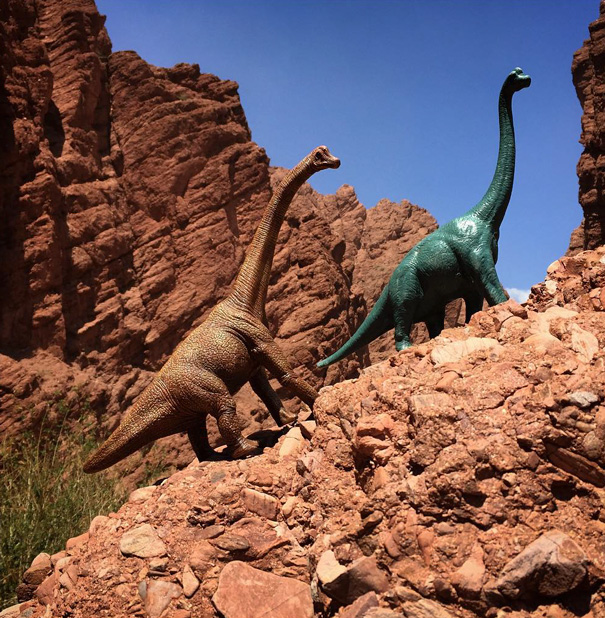 19 photos de voyage embellies par des figurines de dinosaures