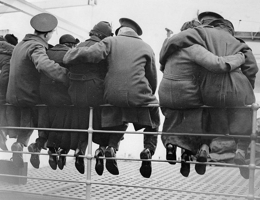 20 rares photos historiques d'amour en temps de guerre