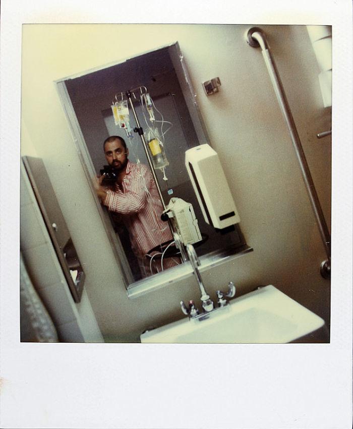 Cet homme a pris une photo Polaroid chaque jour pendant 18 ans jusqu'au jour de sa mort, et les photos vous briseront le coeur