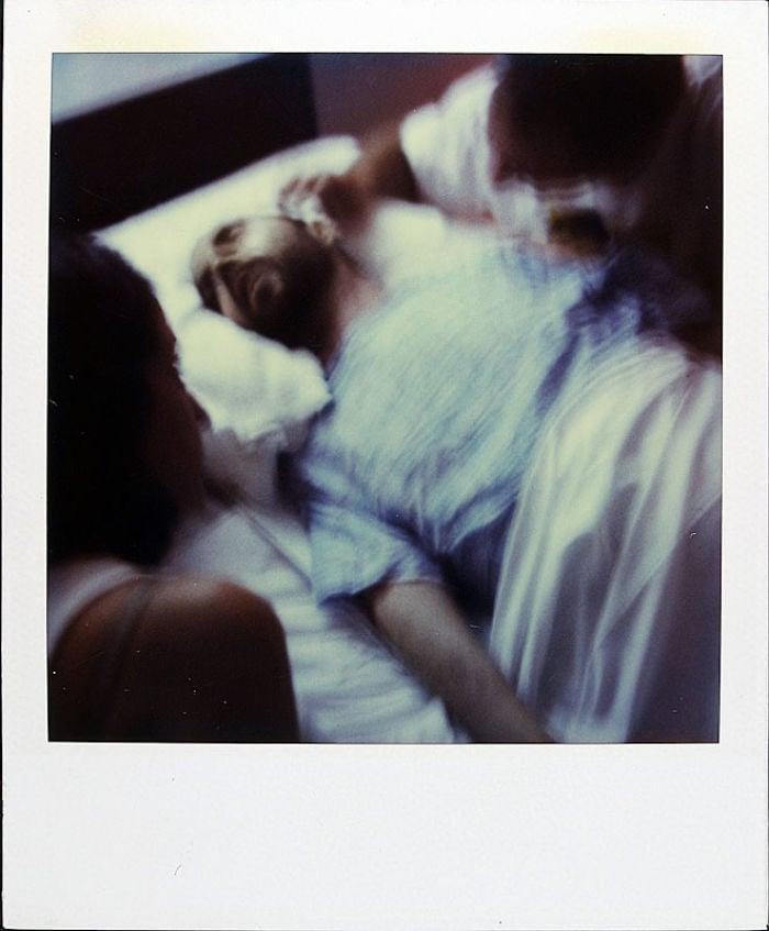 Cet homme a pris une photo Polaroid chaque jour pendant 18 ans jusqu'au jour de sa mort, et les photos vous briseront le cœur