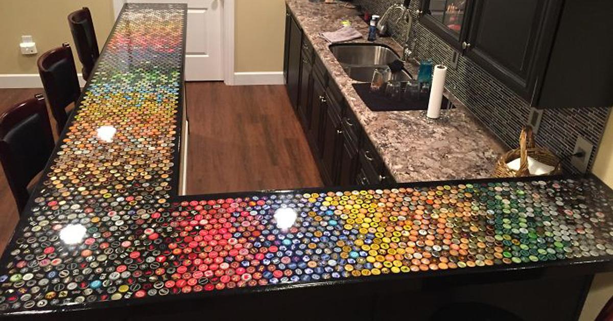 Cet homme a amassé des capsules de bouteilles pendant 5 ans pour refaire sa cuisine et voici ce que ça a donné