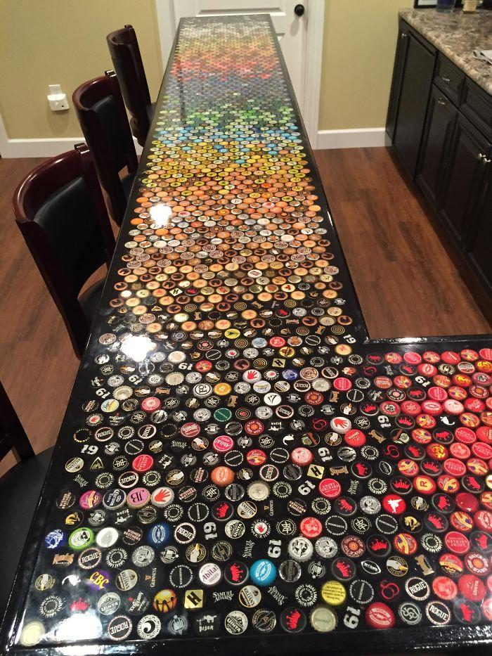 Un homme recueille les capsules de bouteilles pendant 5 ans pour refaire sa cuisine, voici le résultat