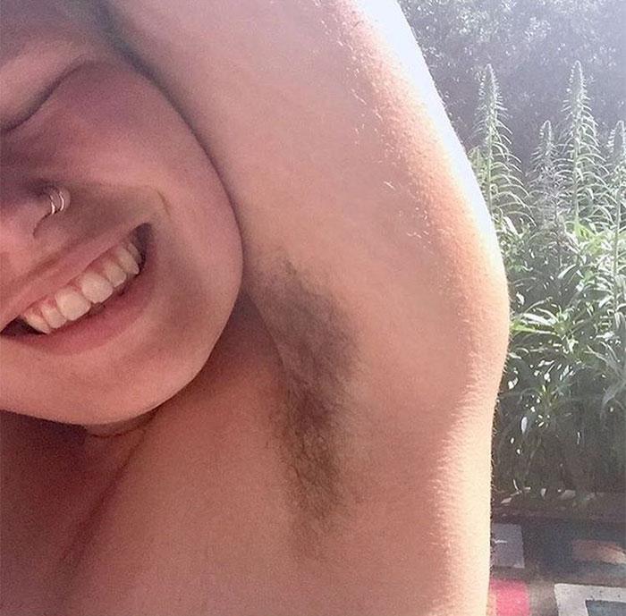 Une blogueuse de fitness cesse de se raser les jambes et les aisselles pendant 1 an pour promouvoir la beauté naturelle