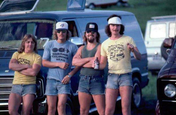 Ces 20 photos d'hommes en short dans les années 1970 montrent une mode oubliée qui rendait les hommes cool