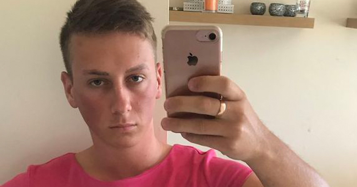 Un gars renvoyé chez lui pour avoir porté un short lorsqu'il faisait 30 °C retourne au travail vêtu de la robe de sa mère
