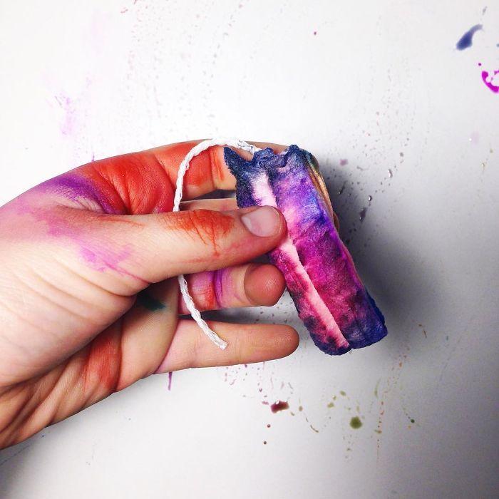 Une artiste transforme les vergetures et autres «défauts» du corps en oeuvres d'art, mais ce n'est pas tout le monde qui aime cela