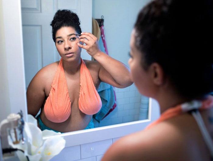 Quelqu'un a inventé des serviettes pour les seins, et c'est le rêve devenu réalité de chaque femme