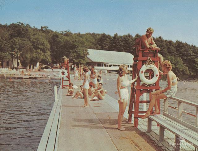 Un photographe a trouvé les lieux figurant sur des cartes postales des années 1960 pour voir à quoi ils ressemblaient aujourd'hui et la différence est flagrante