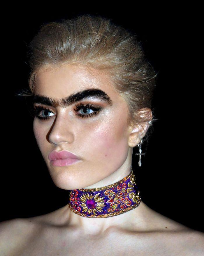Une mannequin refuse d'épiler son monosourcil et défie les stéréotypes de beauté