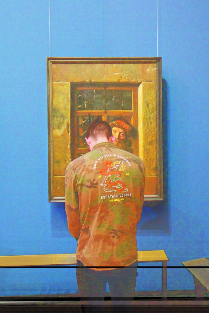 Ce photographe a passé une éternité à attendre que les visiteurs d'un musée soient assortis aux oeuvres et le résultat en valait l'attente