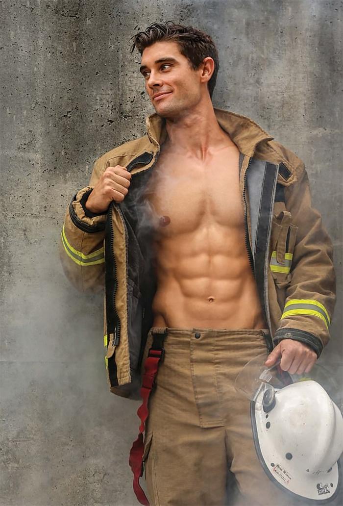 Des pompiers australiens posent avec des animaux pour la charité, et les photos sont si chaudes qu'elles pourraient très bien s'enflammer