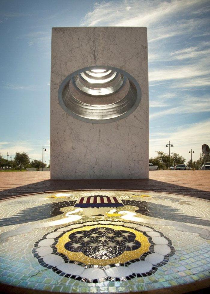 Seulement une fois par an à 11h11 le soleil est parfaitement aligné pour révéler la beauté cachée de ce monument