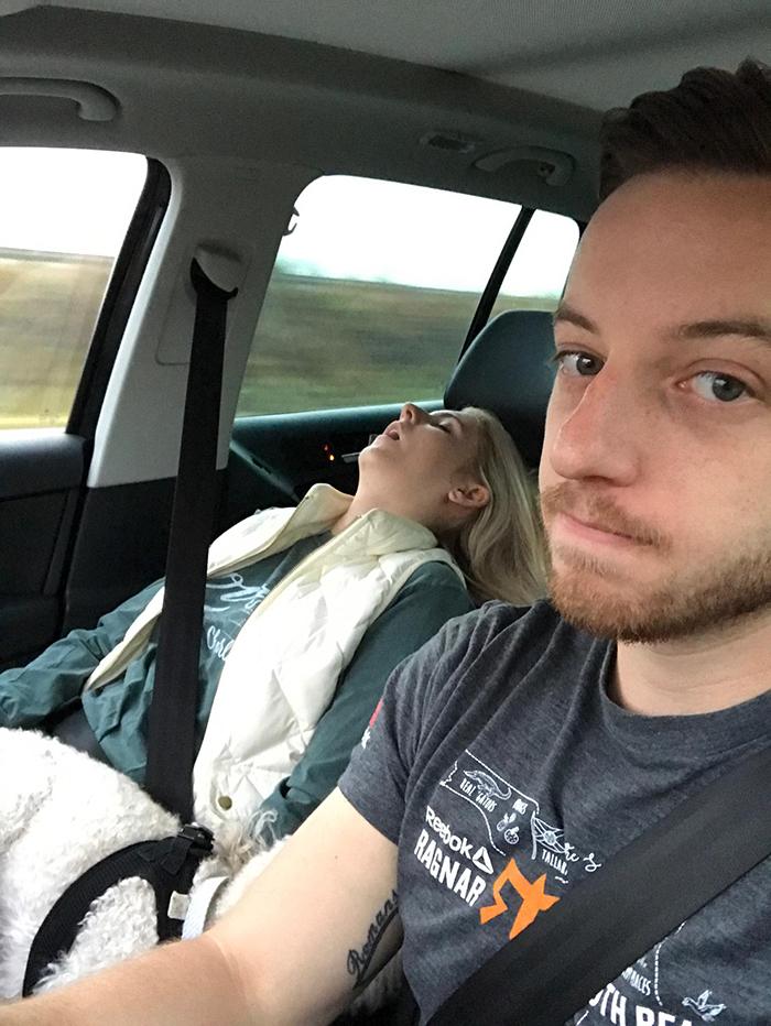 Ce gars a partagé des photos de tous les voyages en voiture amusants qu'il a faits avec sa femme, et c'est juste trop drôle