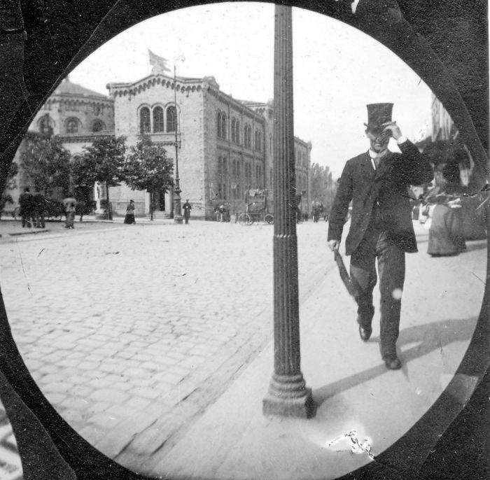 Un étudiant de 19 ans a utilisé un appareil photo caché pour prendre des photos secrètes dans les années 1890