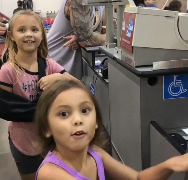 Deux soeurs confondent un caissier de Costco avec Maui de «Moana», et sa réaction est juste trop sympa