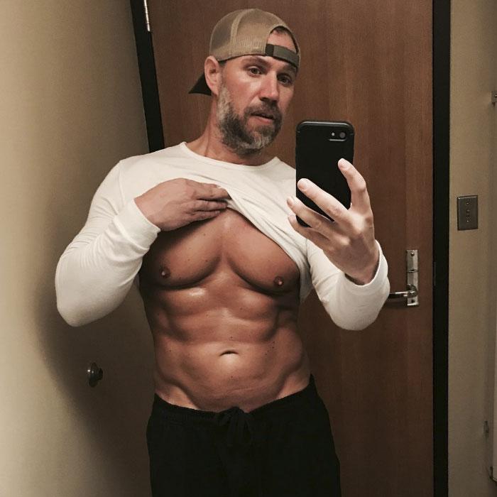 Ce père de trois enfants a réalisé qu'il était incapable de suivre ses enfants, alors il a transformé son corps de façon spectaculaire en 6 mois
