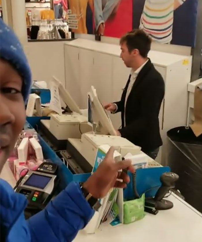 Un client noir est accusé d'avoir volé sa propre veste, alors il leur fait regretter leurs actions
