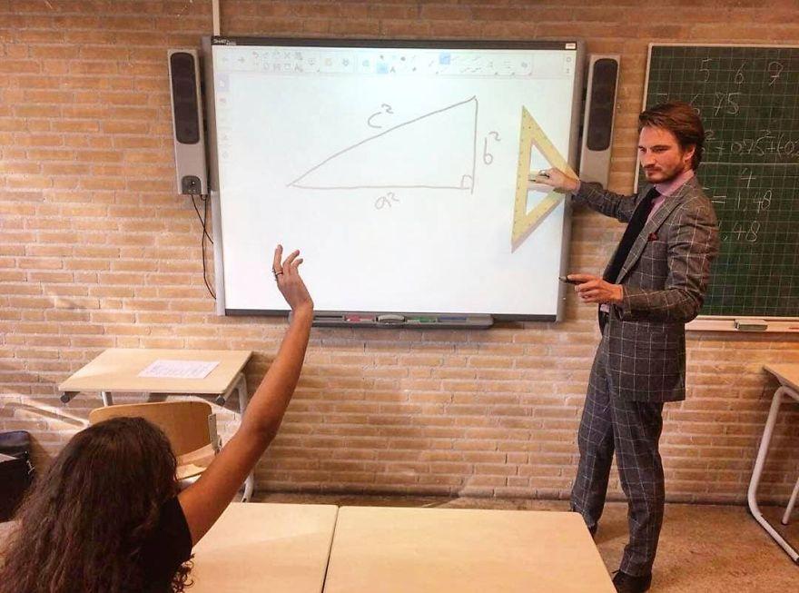 «J'ai entendu dire que vous aimez les enseignants canon, alors je vous présente mon prof de maths»