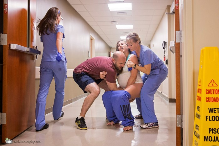 Cette femme a donné naissance sur le sol du couloir d'une salle d'urgence, et les photos sont à couper le souffle (attention: images explicites)