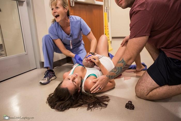 Cette femme a donné naissance sur le sol du couloir des urgences, et les photos sont à couper le souffle (attention: images explicites)