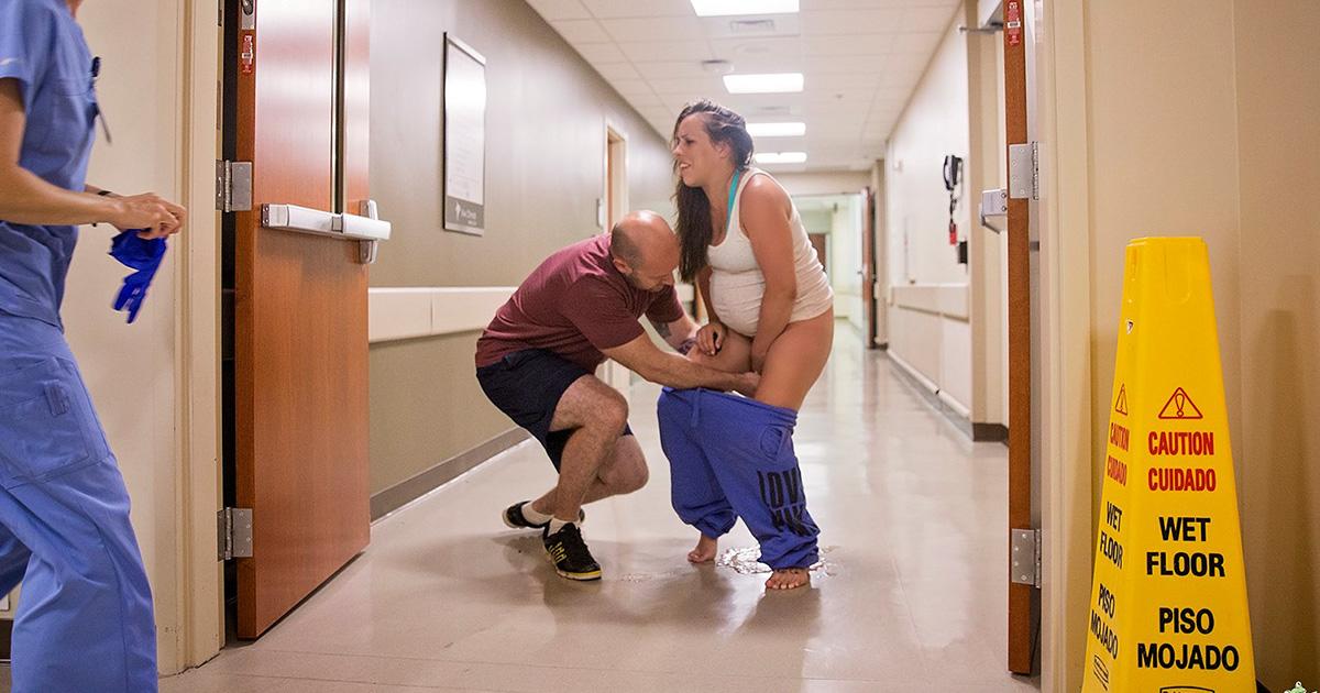 Cette femme a donné naissance sur le sol dans le couloir d'une salle d'urgence, et les photos sont à couper le souffle (attention: images explicites)