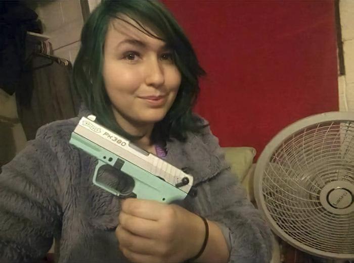 Une femme partage des photos de son premier pistolet et vante sa personnalité «sécuritaire», mais elle le regrette quelques jours plus tard