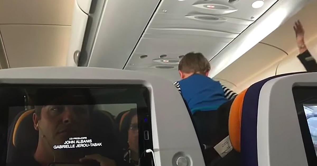Ce gars a passé 8 heures à côté d'un enfant qui ne faisait que hurler en avion, et voici le cauchemar qu'il a filmé