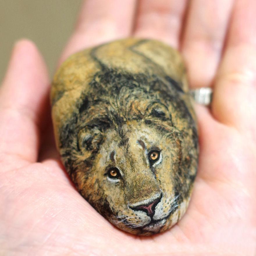 Je donne vie à des pierres en peignant l'esprit que je ressens à l'intérieur de ces dernières