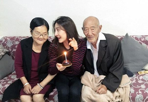 Une femme réalise le rêve de son grand-père malade avant qu'il soit trop tard, et leurs photos vous feront pleurer