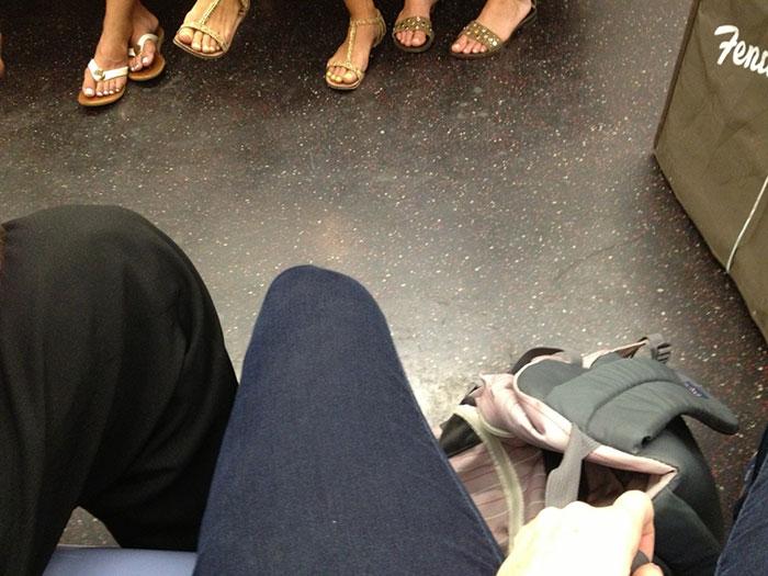 Une femme tannée des hommes qui s'écartent les jambes dans le métro se venge, et voici comment les hommes ont réagi