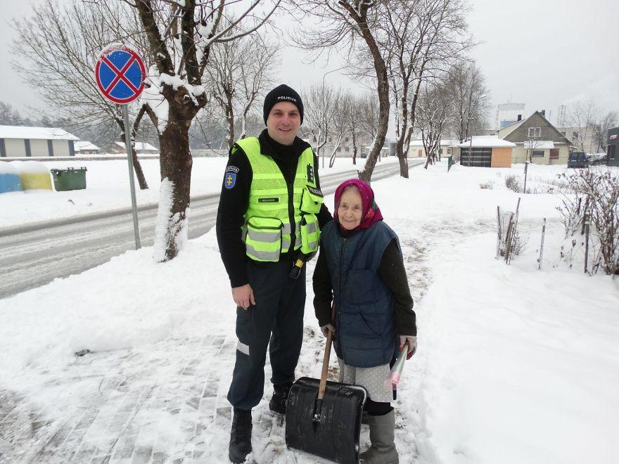 Voici ce que des policiers lithuaniens ont fait pour la Journée internationale des femmes, et les réactions des femmes veulent tout dire