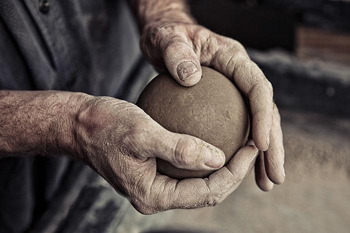 Des Japonais polissent des boules de boue à la perfection, et le résultat final va vous couper le souffle