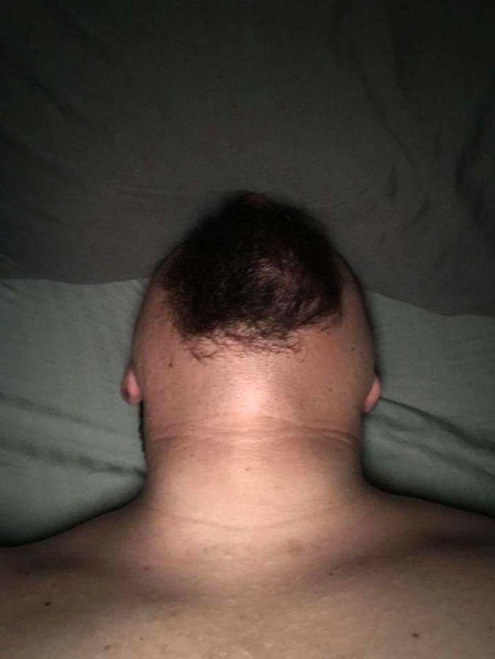 20 photos hilarantes et troublantes d'hommes barbus qui regardent droit vers le haut