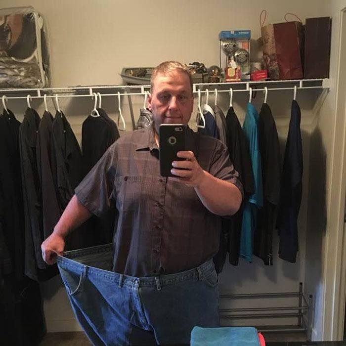 Un papa obèse découvre qu'il a besoin de 2 sièges pour être évacué en avion, alors il transforme son corps et devient méconnaissable en 2 ans