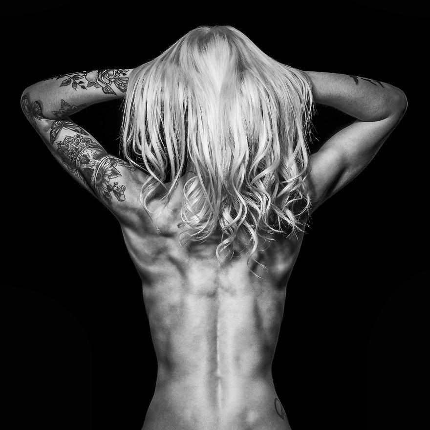 J'explore la force, la flexibilité et la puissance du corps humain dans ces portraits d'athlètes dévêtus (attention: images explicites)