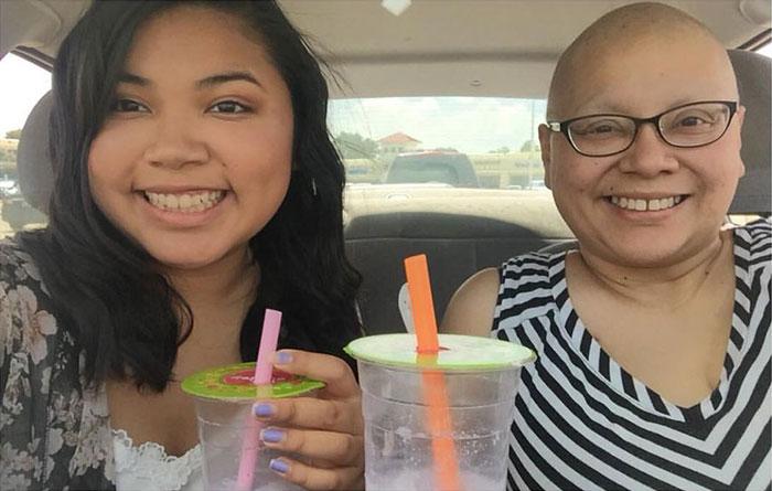 Cette fille a pris les mêmes photos avec sa mère pendant 4 ans, mais la dernière photo a brisé le coeur de tout le monde
