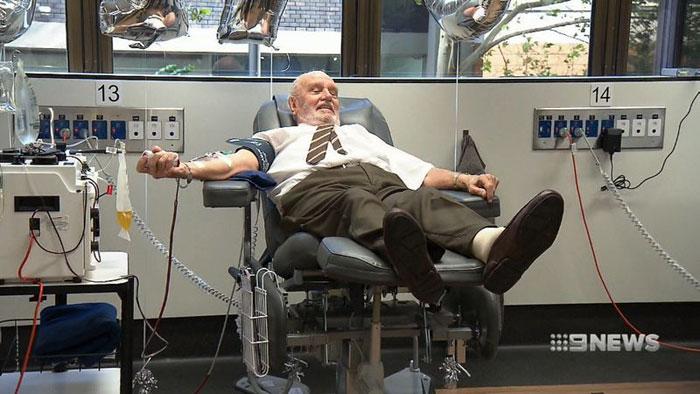 «L'homme au bras d'or», dont le sang a sauvé la vie de 2,4 millions de bébés, a fait son dernier don