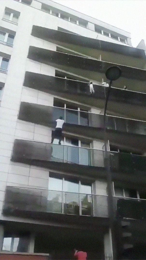 Le «Spider-Man» qui a sauvé un enfant suspendu dans le vide sera naturalisé Français et deviendra pompier