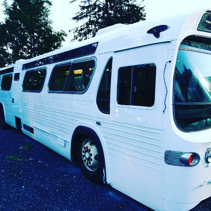 Cette femme a passé 3 ans à convertir un vieil autobus en maison mobile et elle est plus belle que la majorité des appartements