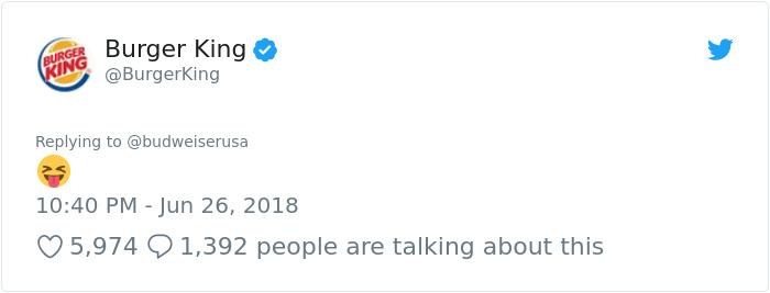 Burger King et Budweiser viennent d'avoir la conversation la plus bizarre sur Twitter, et elle devient de plus en plus folle à chaque message