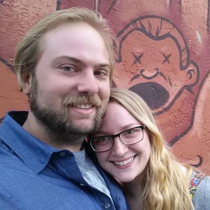Un mari refuse d'être exclu de la photo de sa femme avec Jason Momoa, et le dernier cliché va vous faire rire