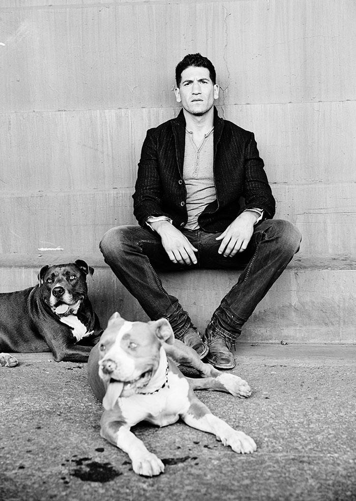 Ces photos réconfortantes d'un acteur de «The Walking Dead» avec ses 3 pit-bulls vont faire fondre votre coeur