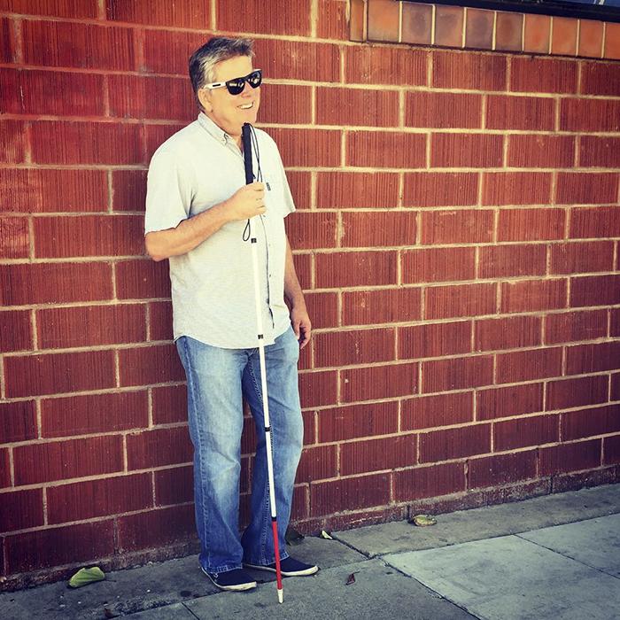 Cet homme aveugle a répondu aux personnes qui ont pitié de lui en partageant les 9 principaux avantages d'être aveugle