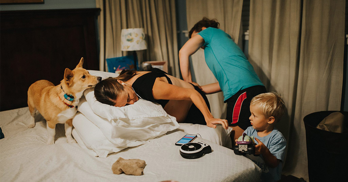 Cette maman qui accouchait n'avait pas réalisé que son corgi ne la quittait jamais, alors la photographe lui a montré ces photos