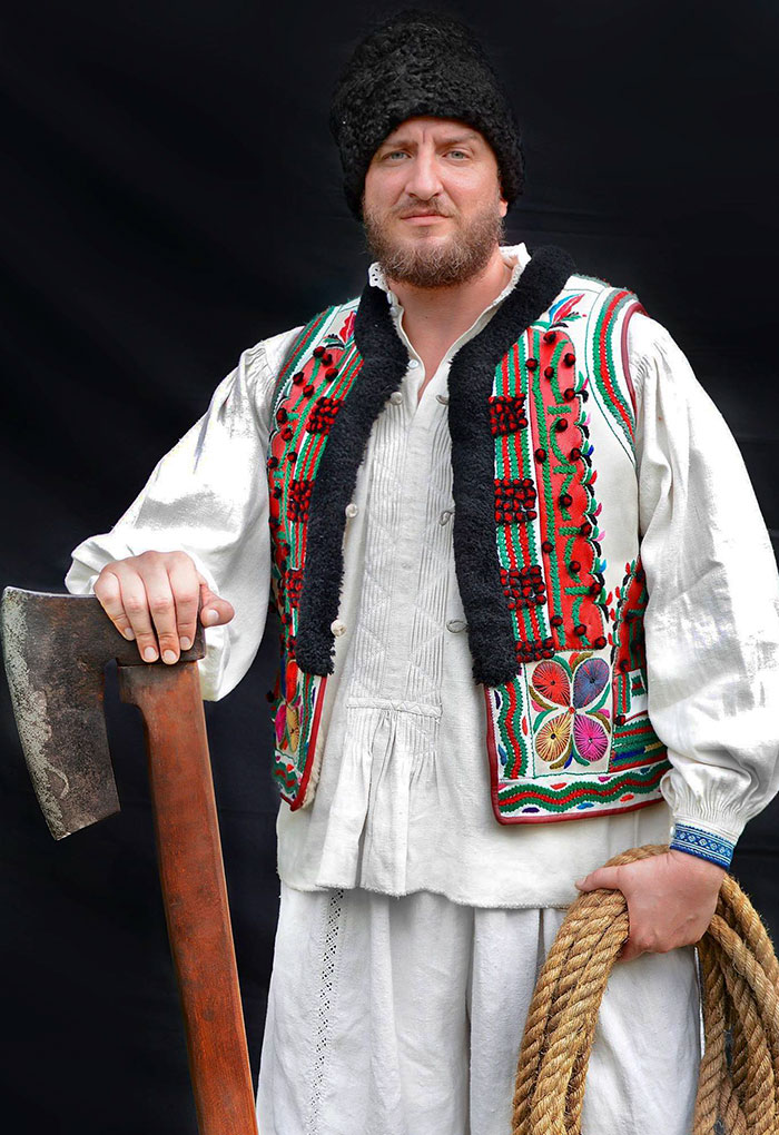 Des Roumains ont remarqué que Dior a copié leurs tenues traditionnelles et ont décidé de riposter d'une façon géniale