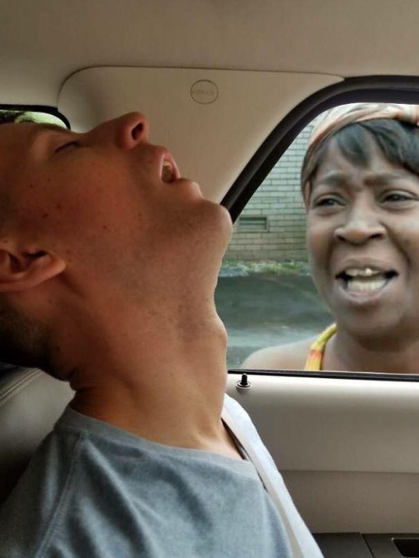 Ce gars s'est endormi pendant un voyage en voiture, alors sa petite amie a demandé aux internautes de photoshoper tout ce qu'il a manqué