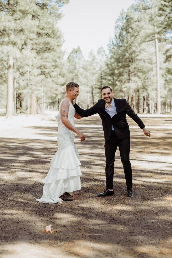 Une mariée fait une blague hilarante à son mari «très nerveux», et sa réaction est juste trop drôle