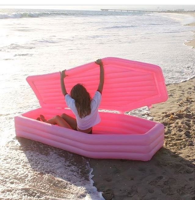 Quelqu'un a inventé un matelas de piscine en forme de cercueil, mais on ne sait pas trop quoi en penser