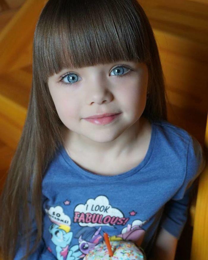 Les internautes disent que cette fille est «la plus belle fille au monde», mais d'autres gens pensent que c'est mal